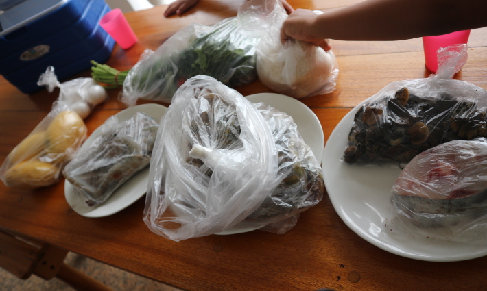The seafoods we bought from Wet Market of Tabinay.